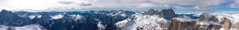 Bello panorama di paesaggio della montagna di inverno fotografia stock libera da diritti