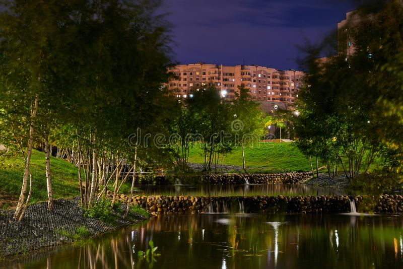 Bello parco della città sulle periferie della città Vista alla notte, con la lampadina, esposizione lunga fotografie stock libere da diritti