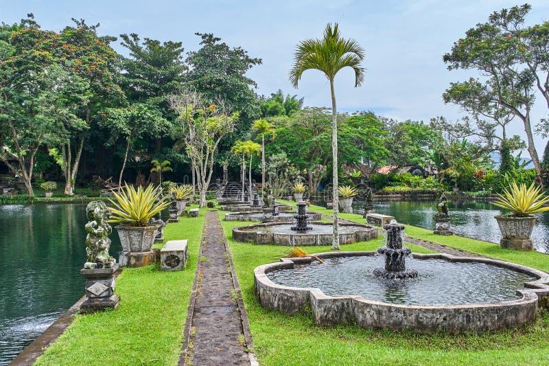 Bello parco nel palazzo dell'acqua di Tirta Gangga sull'isola di Bali, Indo fotografie stock libere da diritti