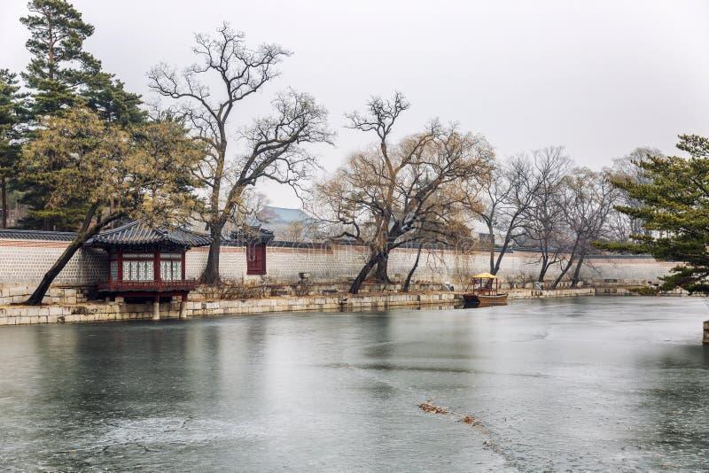 Bello parco a Seoul nell'inverno Stagno congelato della pagoda Paesaggio freddo splendido immagine stock
