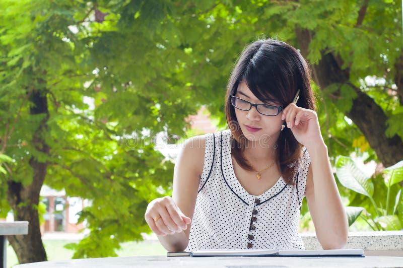 Bello pensiero asiatico della donna dello studente. immagine stock