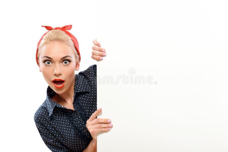 Download Bello Perno Sulla Ragazza Che Mostra Le Emozioni Immagine Stock - Immagine di femmina, ritratto: 55351863