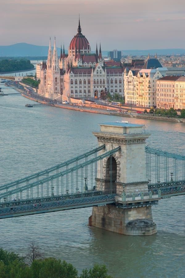 Bello ponte a catena di Szechenyi a Budapest Ungheria ed il Parlamento fotografia stock libera da diritti