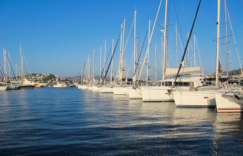 Bello porticciolo con le barche a vela e le barche nel giorno soleggiato su fondo di cielo blu immagine stock libera da diritti