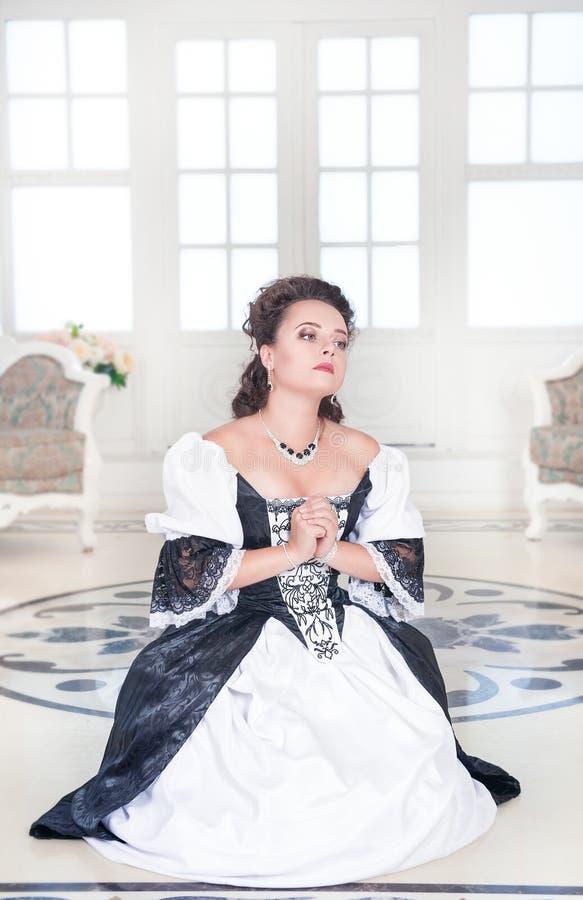 Bello pregare medievale della donna fotografia stock libera da diritti