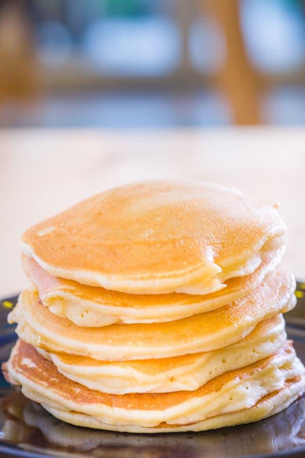 Bello prepari i pancake per il processo servente pancake fatti da pasta e da pastella i pancake saporiti dei dolci del dessert so fotografie stock libere da diritti
