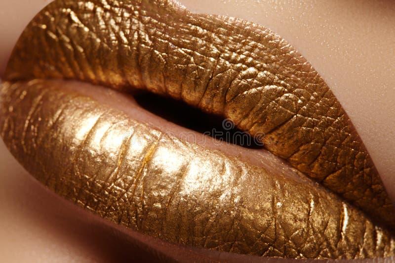 Bello primo piano con le labbra grassottelle femminili con trucco di colore dell'oro Il modo celebra il trucco, cosmetico di scin immagini stock libere da diritti