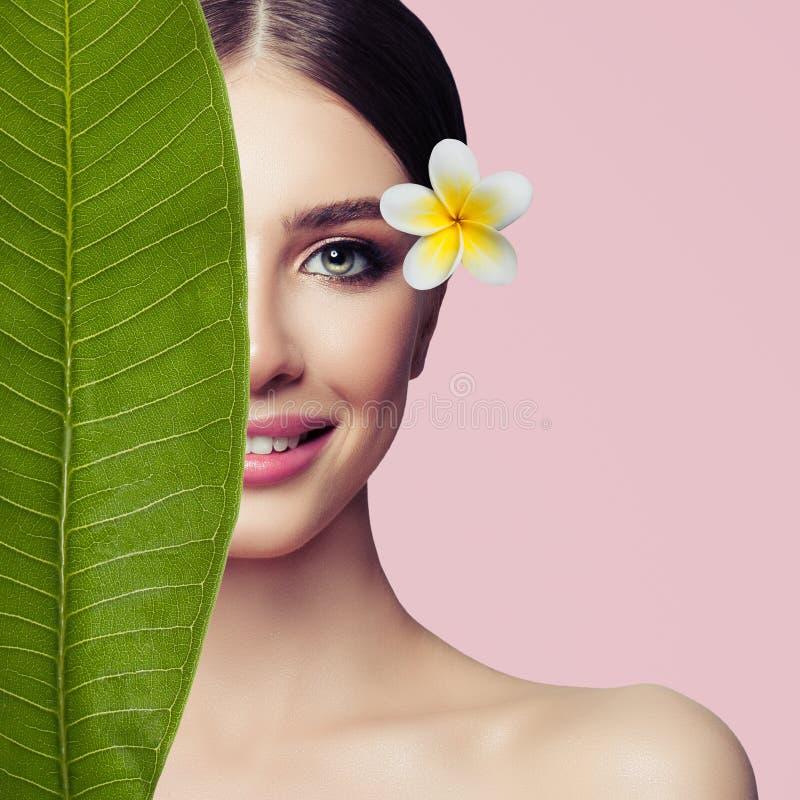 Bello primo piano femminile del fronte Bellezza della stazione termale, trattamento di erbe fotografie stock