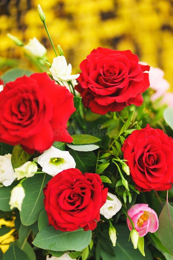 Bello primo piano festivo del mazzo Mazzo luminoso con le rose rosse come regalo fotografia stock