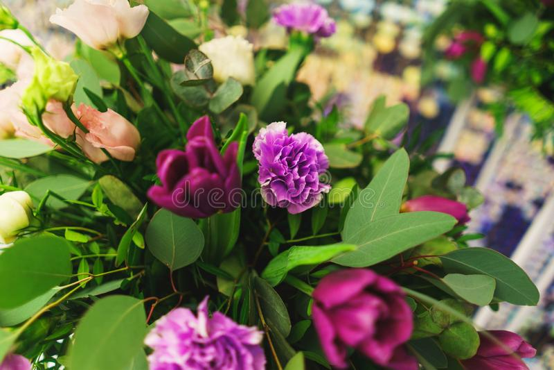 Bello primo piano festivo del mazzo Mazzo luminoso dei fiori differenti come regalo fotografie stock
