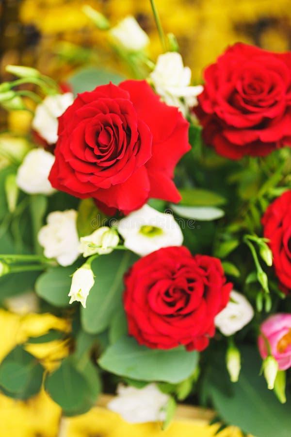 Bello primo piano festivo del mazzo Mazzo luminoso dei fiori differenti come regalo immagine stock libera da diritti