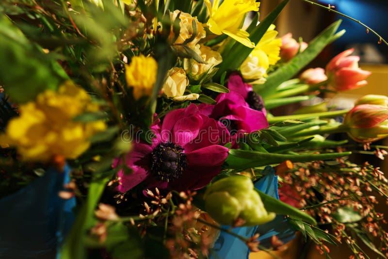 Bello primo piano festivo del mazzo Mazzo luminoso dei fiori differenti come regalo fotografia stock