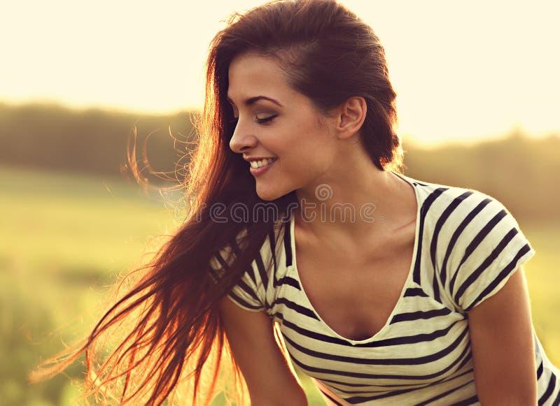 Bello profilo sorridente della giovane donna che guarda giù con il ama lungo immagini stock libere da diritti