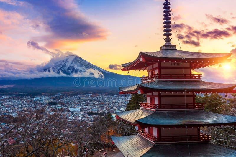 Bello punto di riferimento della montagna di Fuji e della pagoda al tramonto, Giappone di Chureito fotografie stock