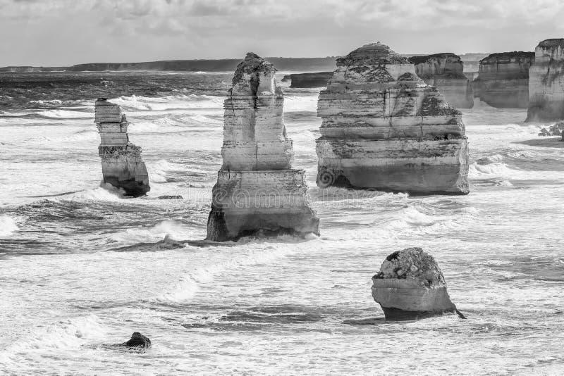 Bello punto di vista in bianco e nero dei dodici apostoli lungo la grande strada dell'oceano, Victoria, Australia fotografia stock libera da diritti