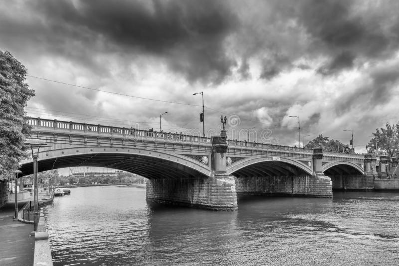Bello punto di vista in bianco e nero dei principi Bridge contro un cielo tempestoso, Melbourne, Australia immagini stock libere da diritti