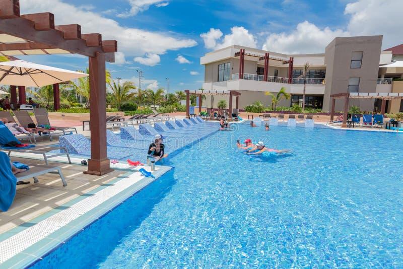 Bello punto di vista d 39 invito splendido della piscina all - Hotel con piscine termali all aperto ...