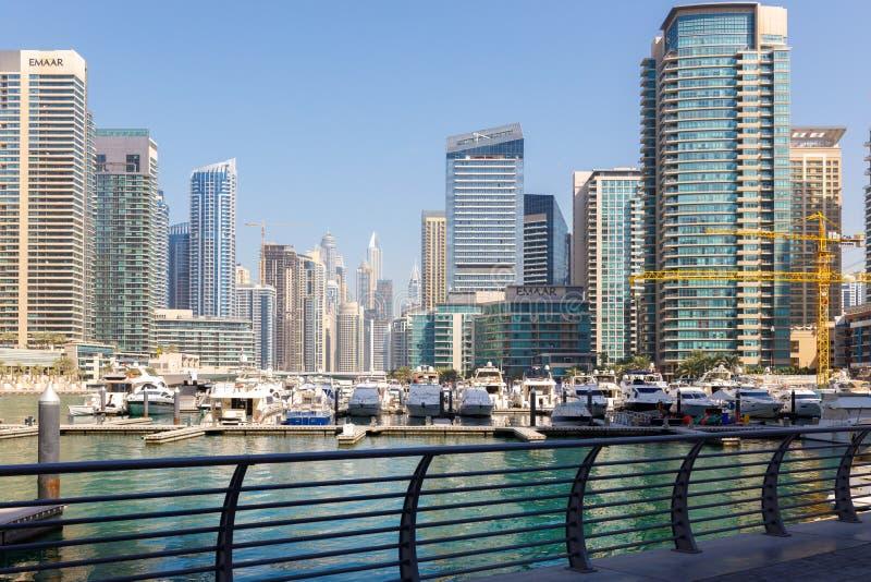Bello punto di vista dei grattacieli e dell'yacht club nel porticciolo del Dubai del distretto immagine stock libera da diritti