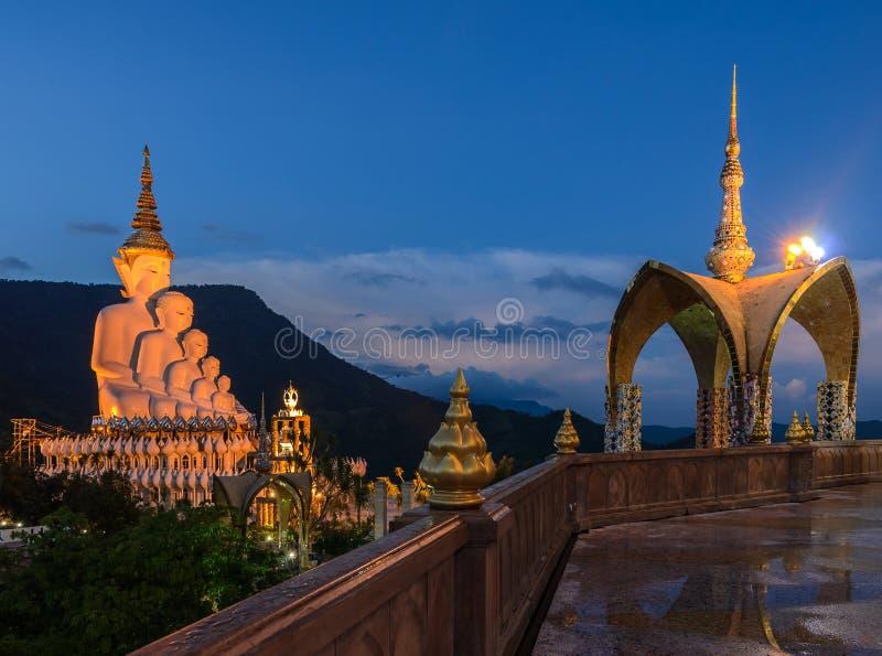 Bello punto di vista di Buddisht tailandese illuminato a penombra fotografia stock libera da diritti