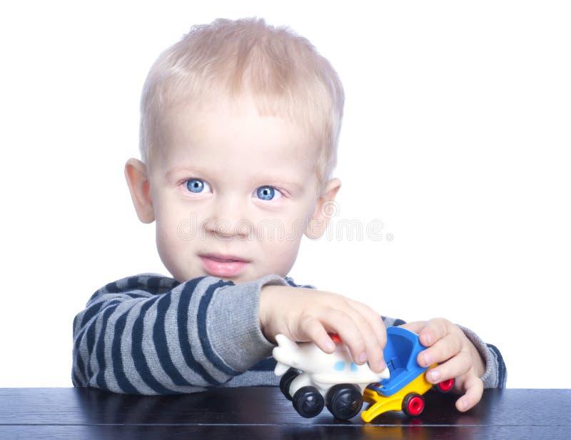 Bello ragazzino con capelli biondi e gli occhi azzurri fotografia stock libera da diritti