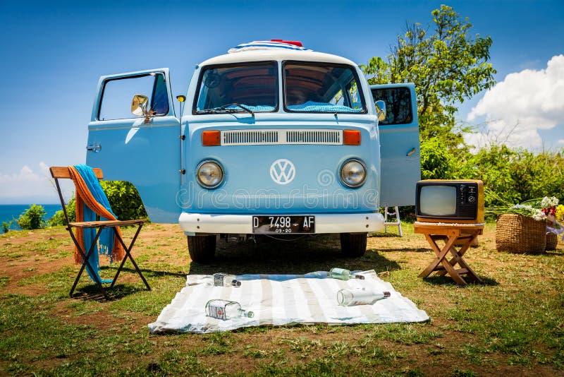 Bello retro furgone d'annata di volkswagen dell'automobile sulla spiaggia tropicale Bali fotografia stock libera da diritti