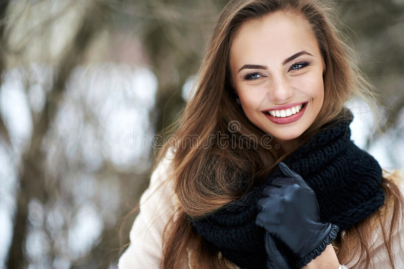 Bello ritratto all'aperto sorridente della donna fotografie stock
