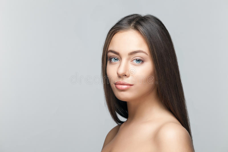 Bello ritratto attraente della donna su fondo bianco immagine stock