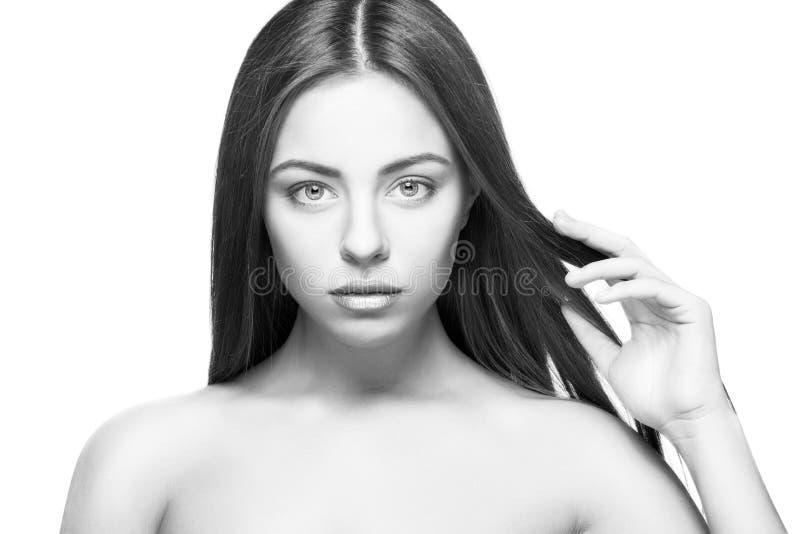 Bello ritratto attraente della donna sull'isolato bianco del fondo immagine stock libera da diritti