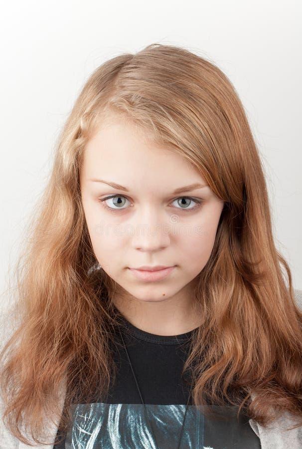 Bello ritratto caucasico biondo serio della ragazza immagini stock libere da diritti