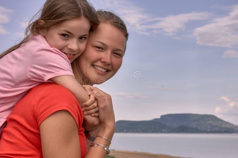 Bello ritratto caucasico delle ragazze del fratello dall'Ungheria fotografie stock libere da diritti