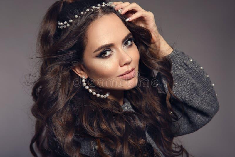 Bello ritratto del brunette Insieme delle donne dei gioielli delle perle Trucco di bellezza Stile di capelli lungo riccio Modello fotografie stock