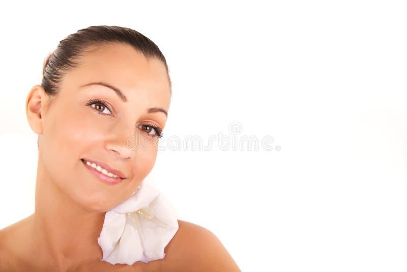 Bello ritratto del fronte della donna con i fiori bianchi fotografie stock