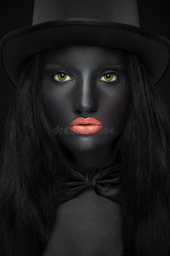 Bello ritratto della donna in cappello con pelle nera fotografia stock