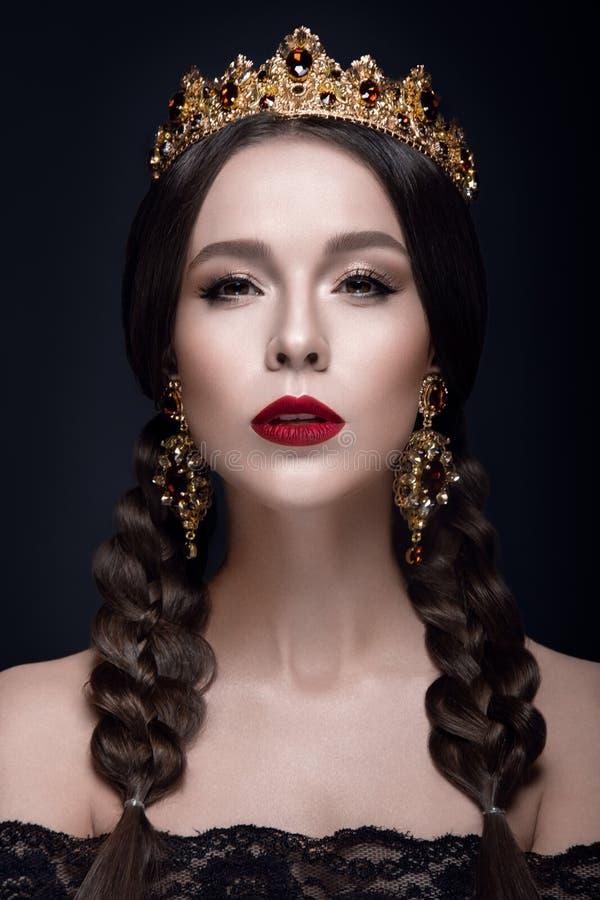 Bello ritratto della donna con la corona e gli orecchini immagine stock libera da diritti