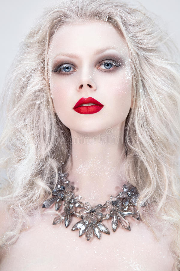 Bello ritratto della donna con le labbra rosse Regina della neve immagini stock libere da diritti