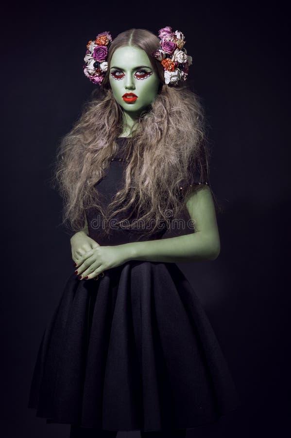 Bello ritratto della donna con pelle e la corona verdi immagine stock