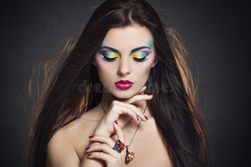Bello ritratto della donna con trucco colourful luminoso fotografia stock libera da diritti