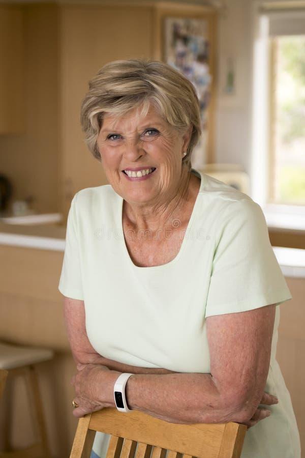 bello ritratto della donna matura senior graziosa e dolce nel medio evo intorno 70 anni sorridere felice ed amichevole a casa fotografie stock