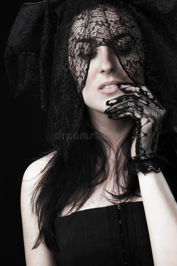 Bello ritratto della donna in vestito e voile neri fotografia stock libera da diritti