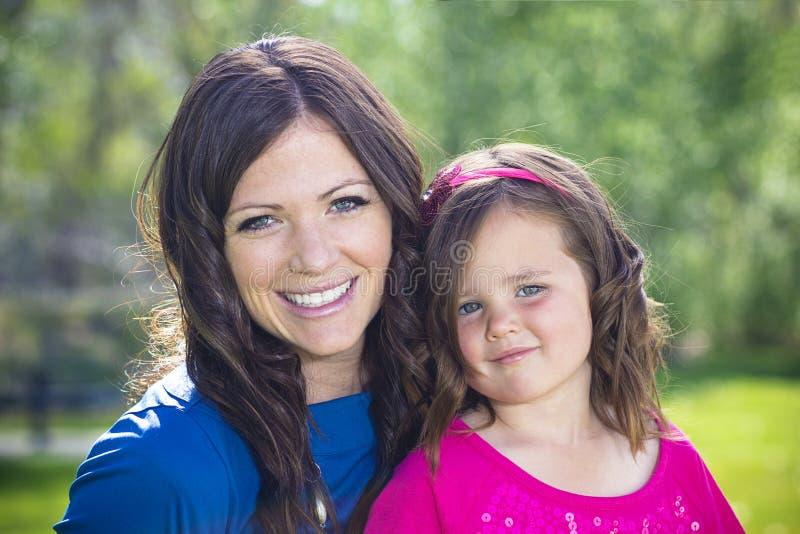 Bello ritratto della figlia e della madre fotografia stock