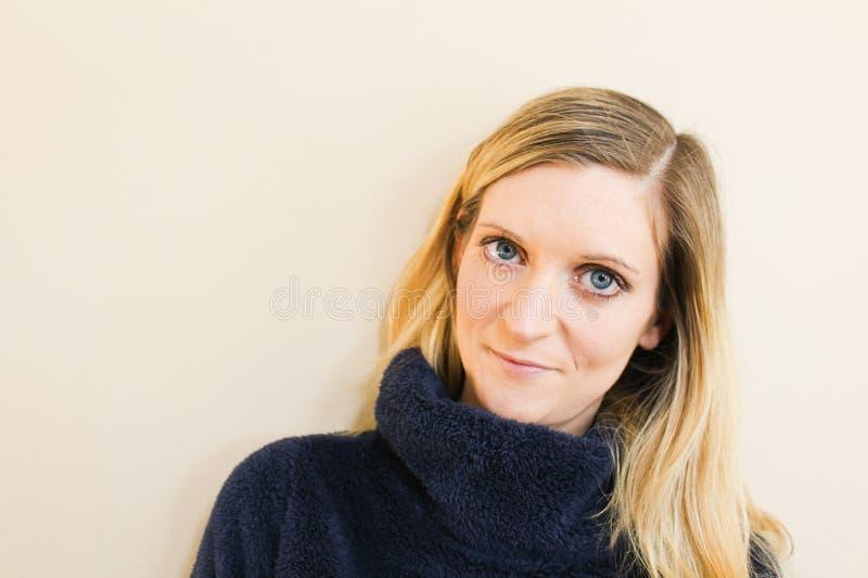 Bello ritratto della giovane donna in maglione blu fotografia stock libera da diritti