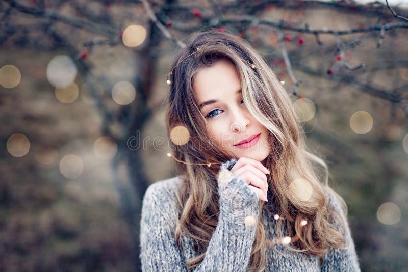 Bello ritratto della giovane donna in natura immagine stock