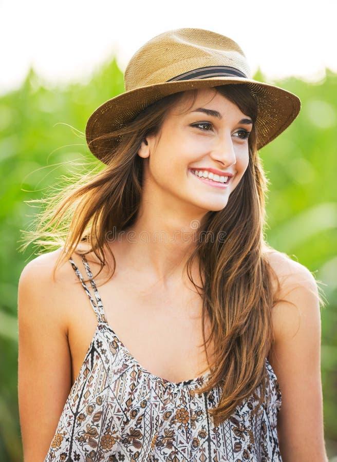 Bello ritratto di una ragazza felice spensierata immagine stock