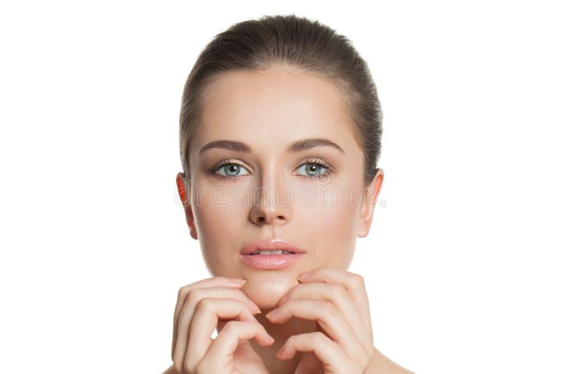 Bello ritratto femminile del primo piano del fronte Modello sano con chiara pelle naturale Skincare e concetto facciale di tratta immagini stock
