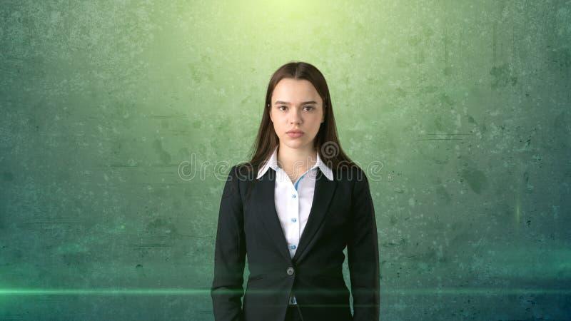 Bello ritratto serio della donna di affari, fondo verde immagini stock libere da diritti