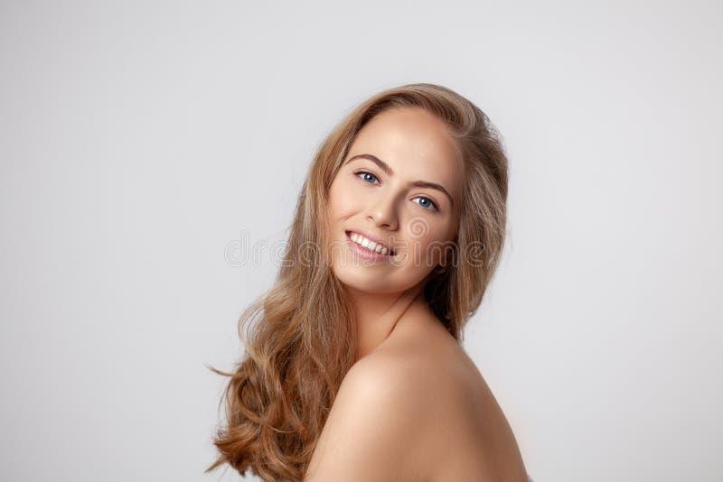 Bello ritratto sorridente della donna con capelli biondi lunghi e pelle fresca perfetta Donna bionda felice che esamina la macchi immagini stock