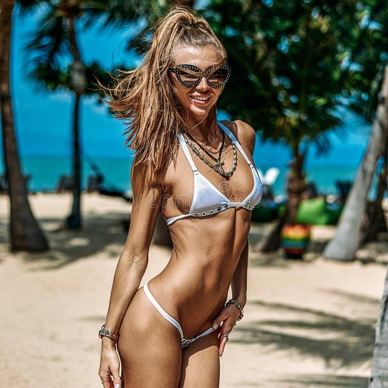 Bello ritratto sportivo della donna di misura su una spiaggia di estate fotografie stock