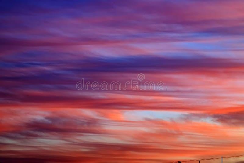 Bello rosso, rosa e nuvole blu della piuma contro il cielo nell'alba, fondo romantico magico fotografia stock