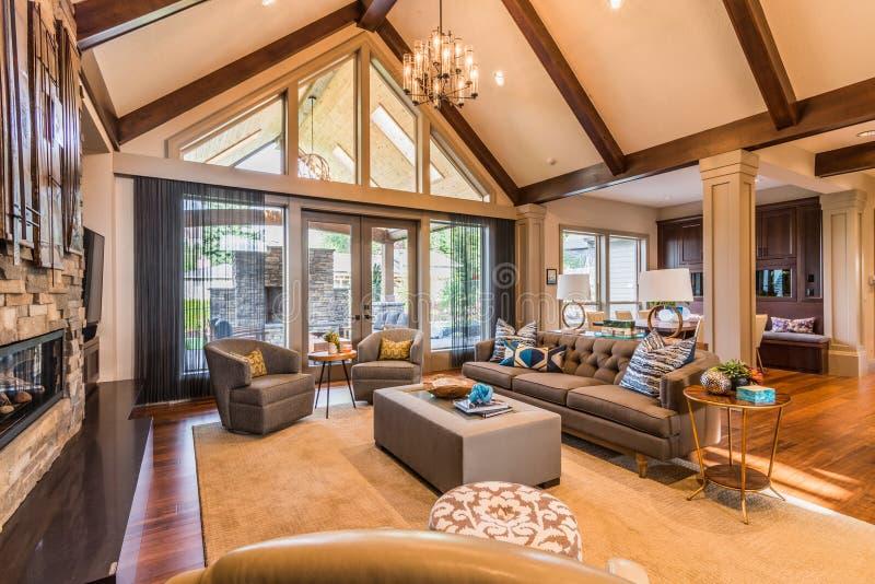 Bello salone nella nuova casa di lusso immagine stock