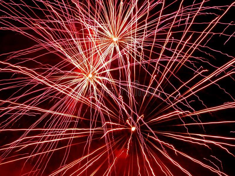 Bello saluto e fuochi d'artificio con i precedenti neri del cielo immagini stock libere da diritti